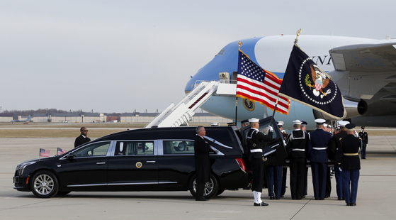 장례식이 끝난 뒤 고인의 시신이 택사스로 가기 위해 메릴랜드주 앤드루스 공군기지에서 '스페셜 에어 미션 41'로 이름붙여진 '에어포스원'에 실리고 있다. [AP=연합뉴스]