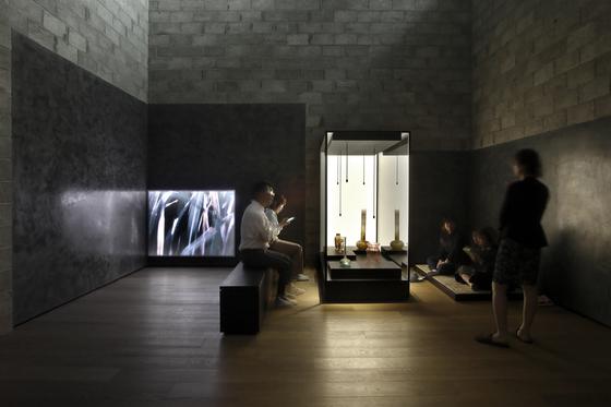 관람객이 바닥에 앉아서도 관람할 수 있는 유민미술관 '영감의 방'. 소장품의 아름다움을 극대화하는 데 초점을 맞춘 조명 디자인과 평온하고 명상적인 분위기 연출이 돋보인다. [사진 JAC 스튜디오]