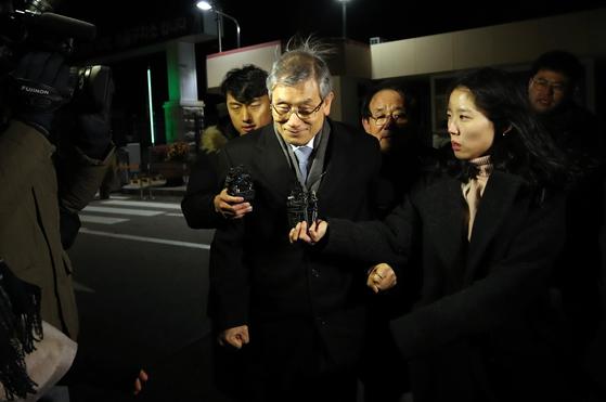 고영한 전 대법관이 7일 오전 구속영장이 기각된 후 경기도 의왕 서울구치소를 나서고 있다. [연합뉴스]