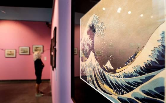 스페인 동부 발렌시아에 전시된 일본 화가 가쓰시카 호쿠사이의 그림 '가나가와 해변의 높은 파도 아래'. 일본의 우키요에 화가 가쓰시카 호쿠사이는 임종이 다가오자 5년만 더 살 수 있다면 좋은 작품을 남길 수 있을 터라며 아쉬워했다. <저작권자(c) 연합뉴스, 무단 전재-재배포 금지>