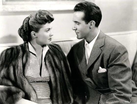 캐럴 '베이비 잇츠 콜드 아웃사이드(Baby It's Cold Outside)'가 등장하는 1949년작 로맨틱 코미디 영화 '넵툰의 딸 (Neptune's Daughter)'의 한 장면. [사진 중앙포토]