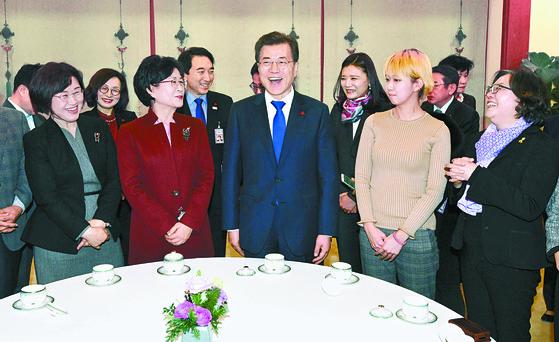 문재인 대통령이 지난해 12월 26일 청와대에서 제6기 저출산·고령사회위원회 간담회에 앞서 위원들과 대화를 나누고 있다. [중앙포토]