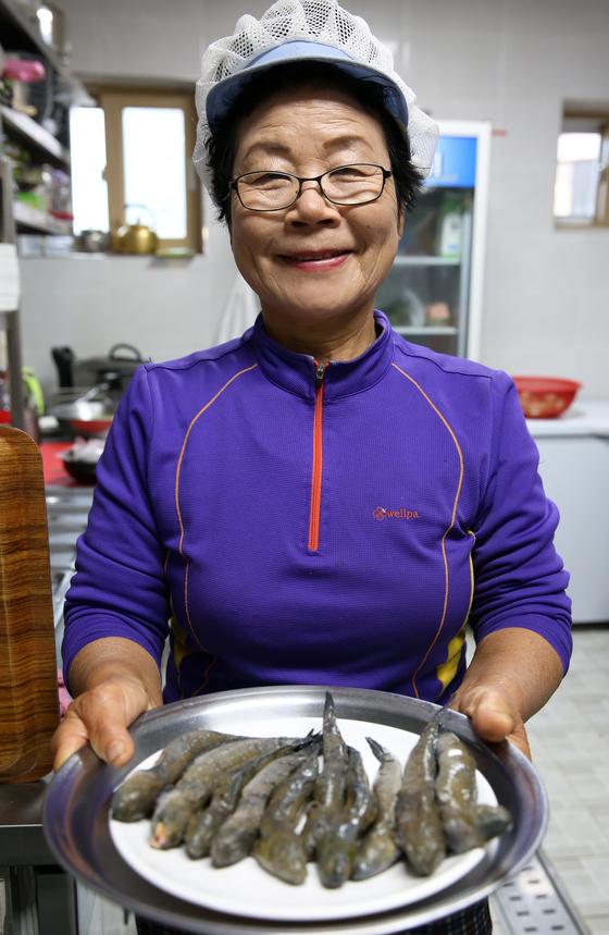 짱뚱어 장인 이순임 대표. 손수 잡은 짱뚱어로 탕을 끓인다. 올해로 55년째 강진만 갯벌에 나가 짱뚱어를 잡는다고 했다. 손민호 기자