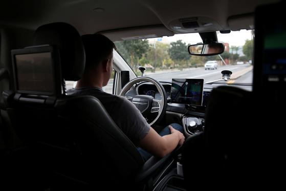 운전석에 앉은 사람은 모니터링 요원이다. 평소에는 운전대를 잡지 않고 사고가 발생하면 초기 수습을 한다. [피닉스 로이터=연합뉴스]