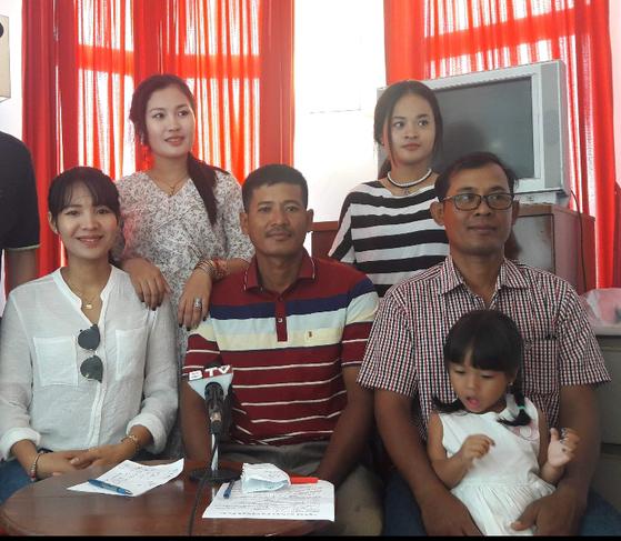 피아비(왼쪽)가 조국 캄보디아에서 가족과 함께 찍은 사진. [사진 피아비]