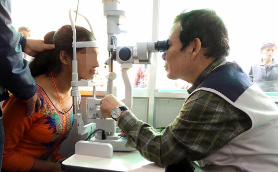 윤장현 전 광주시장이 지난달 16일부터 21일까지 네팔 다무와 마을에서 열린 의료봉사 활동을 하는 모습. [뉴시스]