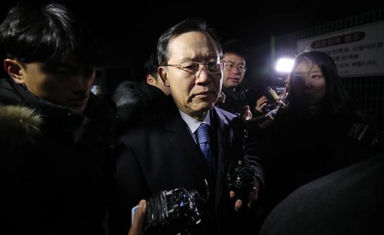 박병대 전 대법관이 7일 오전 구속영장이 기각된 후 경기도 의왕 서울구치소를 나서고 있다. [연합뉴스]