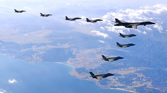 지난해 12월 6일 비질런트 에이스(Vigilant Ace)에서 미국의 폭격기 B-1B '랜서 1대와 한ㆍ미 양국 전투기들이 함께 편대비행하고 있다.   왼쪽부터 한국 공군 F-16 2대, F-15K 2대, 미국 B-1B 1대, F-35A 2대, F-35B 2대. [사진 공군]