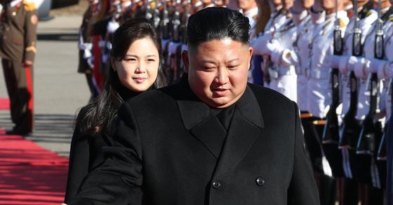 김정은 북한 국무위원장은 지금 무슨 생각을 하고 있을까. 사진은 지난 9월 평양 남북정상회담 첫날인 18일 문재인 대통령을 맞이하기 위해 평양 순안공항에서 나온 모습. 뒤로 부인 이설주가 보인다. [평양사진공동취재단]