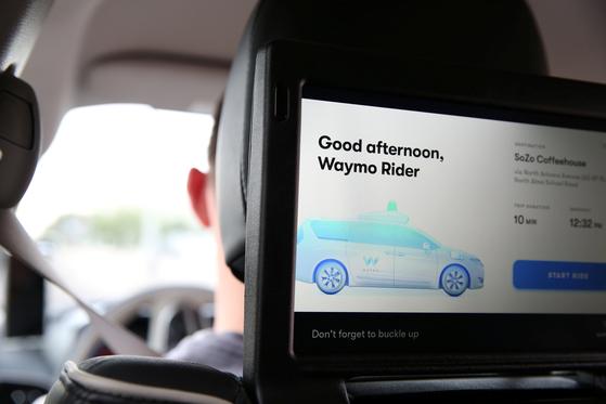 뒷좌석에는 승객과 소통이 가능한 모니터가 있다. [피닉스 로이터=연합뉴스]