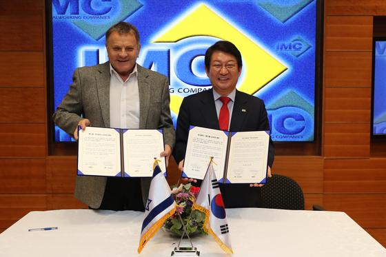 지난 5일 이스라엘 테펜에 있는 IMC그룹 사옥에서 권영진 대구시장(오른쪽)과 제이콥 하파즈 IMC그룹 회장이 투자협약을 체결하고 있다. [사진 대구시]