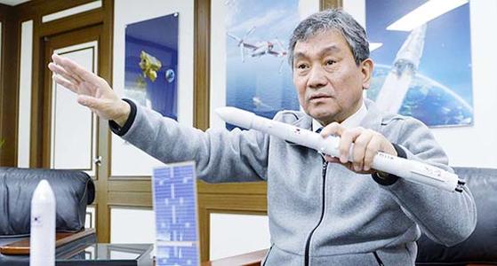 임철호 항공우주연구원장이 한국형 발사체와 기상위성 천리안 2A호 모형을 들고 개발 과정을 설명하고 있다. 시험에 성공한 누리호는 3단 로켓인 한국형 발사체 중 가운데 2단 부분이다. [프리랜서 김성태]