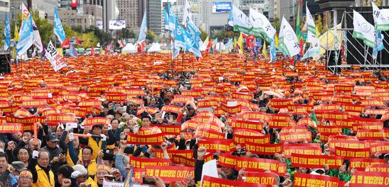 카카오의 모빌리티 서비스 자회사 카카오모빌리티의 카풀 서비스에 반대하는 전국 택시산업 종사자들이 10월 18일 서울 광화문광장에서 열린 '택시 생존권 사수 결의대회'에서 구호를 외치고 있다. [연합뉴스]