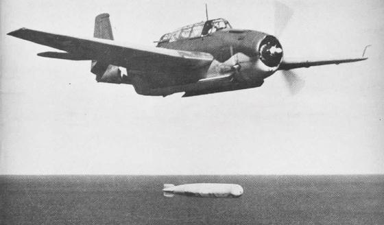 태평양 전쟁에 참전한 조지 HW 부시 중위가 몰던 그루만 TBF 어벤저 뇌격기가 어뢰를 발사하는 모습. [위키피디아]