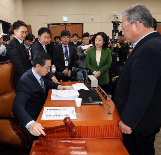 7일 오후 서울 여의도 국회에서 기재위 야3당 간사들이 예산부수법안 처리를 위한 회의 주재에 항의하고 있다. 김경록 기자
