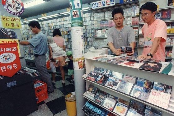지금은 보기 힘든 비디오 대여점 모습. 김영섭 씨는 사람들이 인터넷으로 영화를 보기 시작하면서 수입이 줄어 결국 정리하게 되었다. [중앙포토]