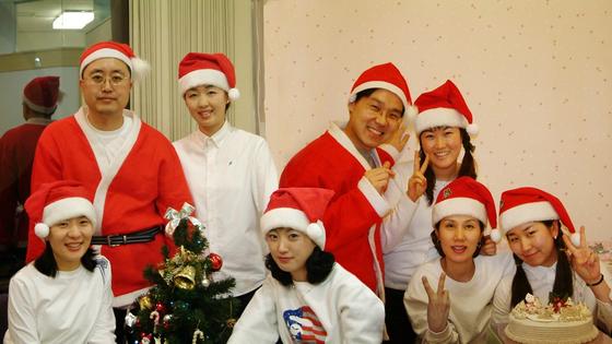 크리스마스에 산타 분장을 하고 환자를 맞이한 의료진.
