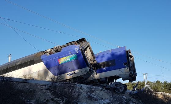 8일 오전 7시 35분께 강원 강릉시 운산동에서 서울행 KTX 열차가 탈선했다. 열차 10량 중 앞 4량이 선로를 벗어났으며 열차에는 모두 198명이 타고 있었던 것으로 전해졌다.[연합뉴스]
