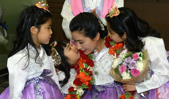 지난 2016년 5월 서울 강남구 듀오 본사에서 열린 '제5회 가족사랑 명예의 전당' 시상식에서 다둥이 가족 엄마인 심숙씨가 자녀들과 뽀뽀를 하고 있다. [뉴스1]