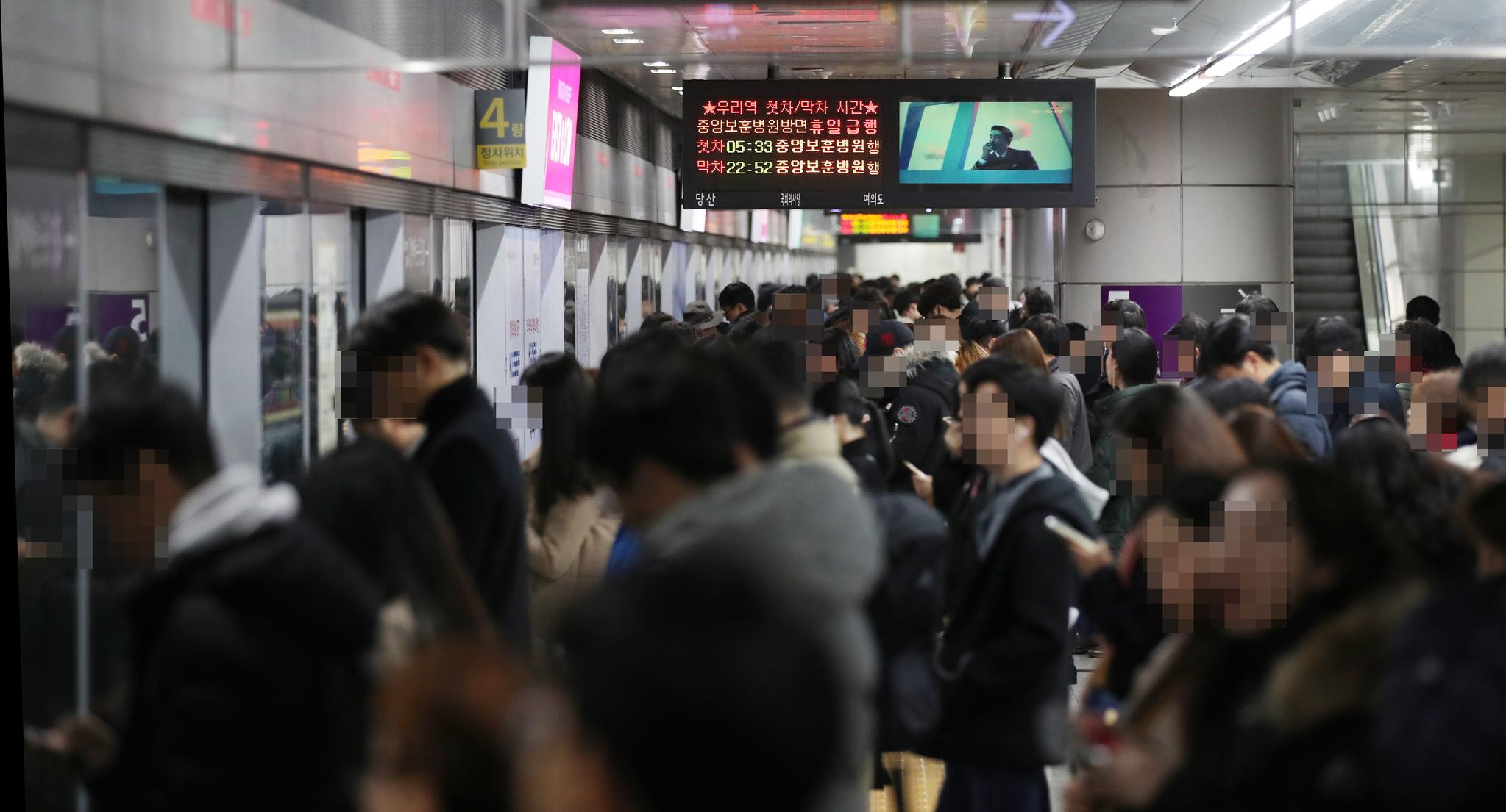 서울 지하철 9호선 3단계 구간 개통 후 첫 출근일인 3일 오전 5호선과 환승역인 서울 여의도역 승강장이 승객들로 붐비고 있다. [뉴시스]