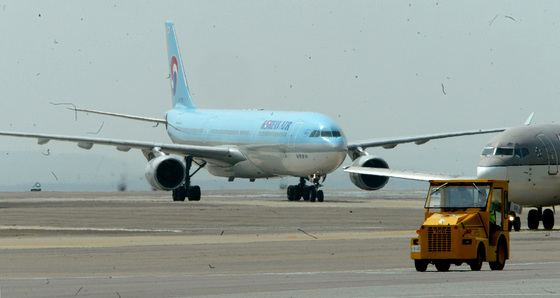 비행기 조종사는 매력적인 직업이다. 직업상 여행도 많이 할 수 있고 가족까지도 여행 관련 혜택이 있다. 상당한 전문직이라 연봉도 세다. [중앙포토]