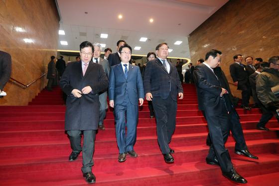 의원들이 8일 오전 서울 여의도 국회에서 본회의를 마친 뒤 빠져나가고 있다. [중앙포토]
