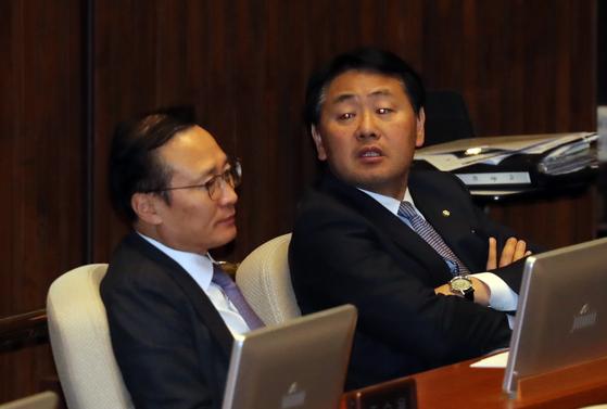 홍영표(왼쪽) 더불어민주당 원내대표와 김관영 바른미래당 원내대표가 8일 오전 국회에서 열린 본회의에서 대화하고 있다.[중앙포토]