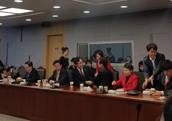 5일 오전 국회 의원회관에서 열린 '열린 토론과 미래: 대안찾기' 토론회에 참석한 김영우 자유한국당 의원이 나경원 의원과 인사를 나누고 있다.