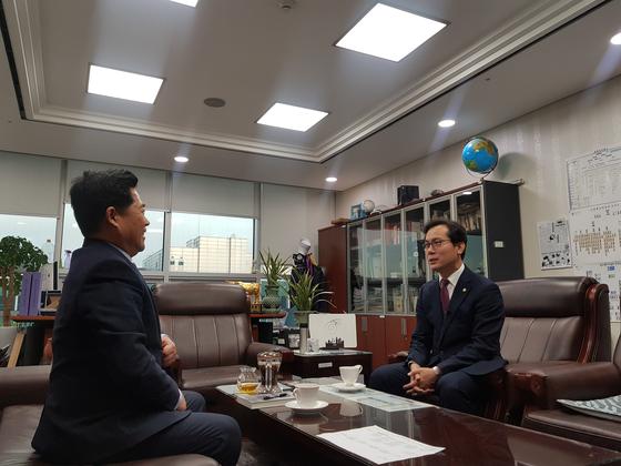 김영우 자유한국당 의원이 5일 오전, 원내대표 출마의 변을 담은 '연애편지'를 들고 김규환 의원의 방을 찾았다.