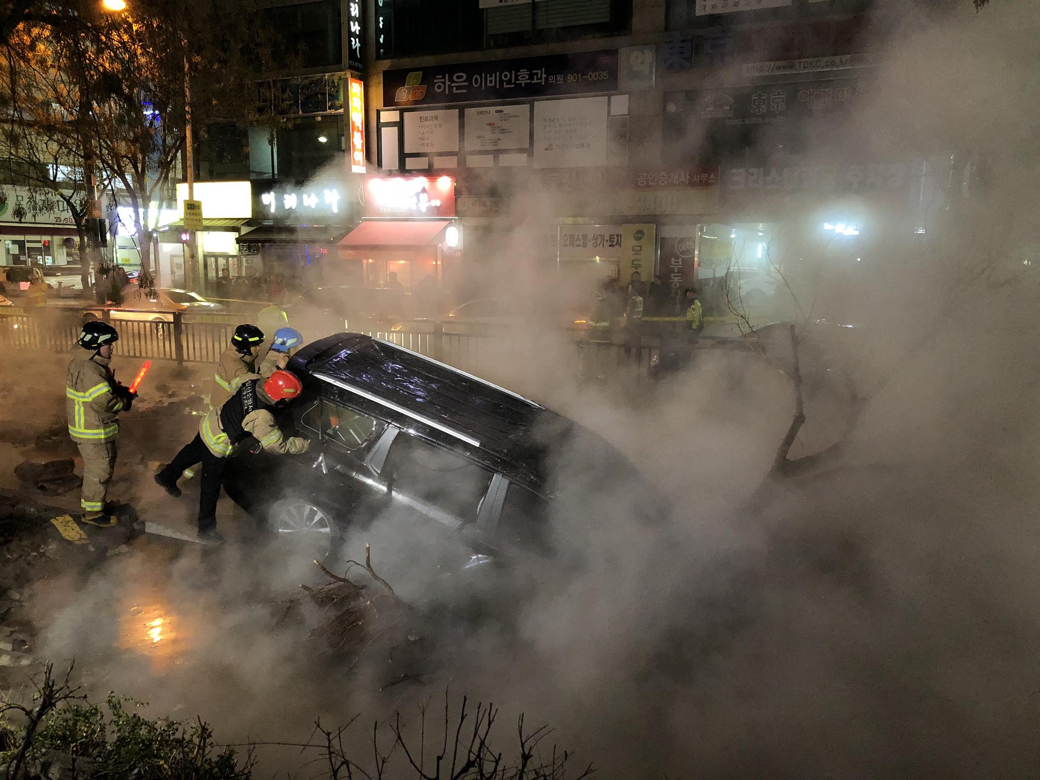 4일 고양시 백석역 근처에서 지역 난방공사 배관이 터지는 사고가 발생, 차량이 매몰되어 있다. 김성룡 기자