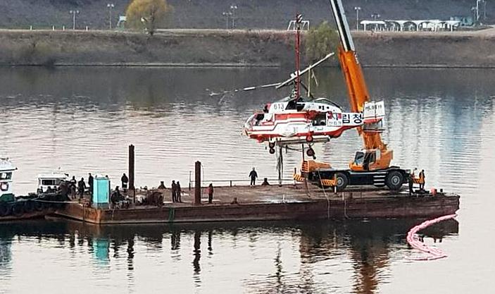 1일 오후 서울 강동대교 인근 한강에 추락한 산림청 헬기가 인양되고 있다. [사진 산림청]