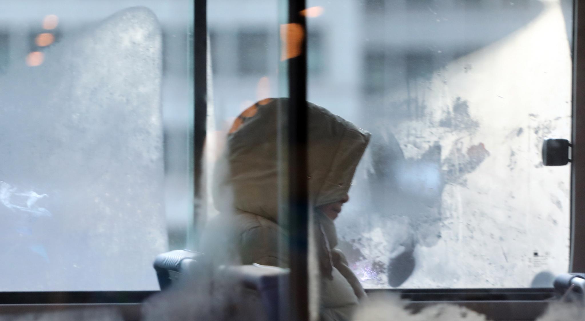 한파가 찾아온 7일 오전 한 시민이 버스 안에서 모자를 쓰고 있다.[연합뉴스]