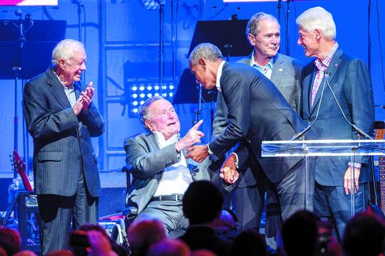 2017년 10월 21일 미국 텍사스주 컬리지스테이션에서 열린 허리케인 피해자 돕기 컨서트에 지미 카터, 조지 HW 부시, 버락 오마바, 조지W 부시, 빌 클린턴(왼쪽부터) 등 전현직 미국 대통령들이 참석해 인사를 나누고 있다. 지난달까지 다섯 명이 생존했던 미국의 전직 대통령은 11월 30일 조지 HW 부시 대통령의 별세로 네 명이 됐다. 조지 HW 부시와 동갑인 카터가 94세로 생존 대통령 가운데 최연장자다. [AFP=연합뉴스]