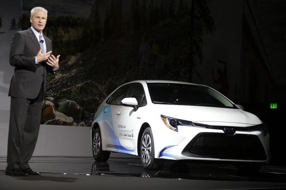 지난 11월 미국 캘리포니아 LA에서 2020년형 코롤라 하이브리드를 선보이고 있는 잭 홀리스 도요타 그룹 부사장. [EPA=연합뉴스)