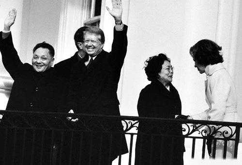 1971년 1월 미국 백악관을 방문한 덩샤오핑 부총리. 카터 대통령과 환영 인파를 향해 인사를 하고 있다. [사진 바이두백과]