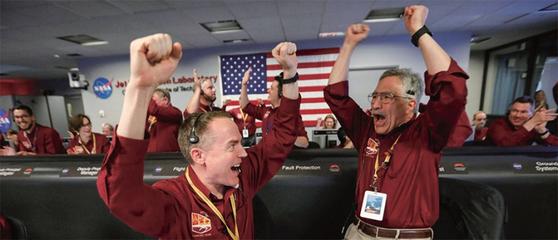 NASA 엔지니어들이 11월 26일(현지시간) 미 캘리포니아 파사데나 JPL에서 인사이트호의 화성 착륙을 기뻐하고 있다. / 사진:연합뉴스