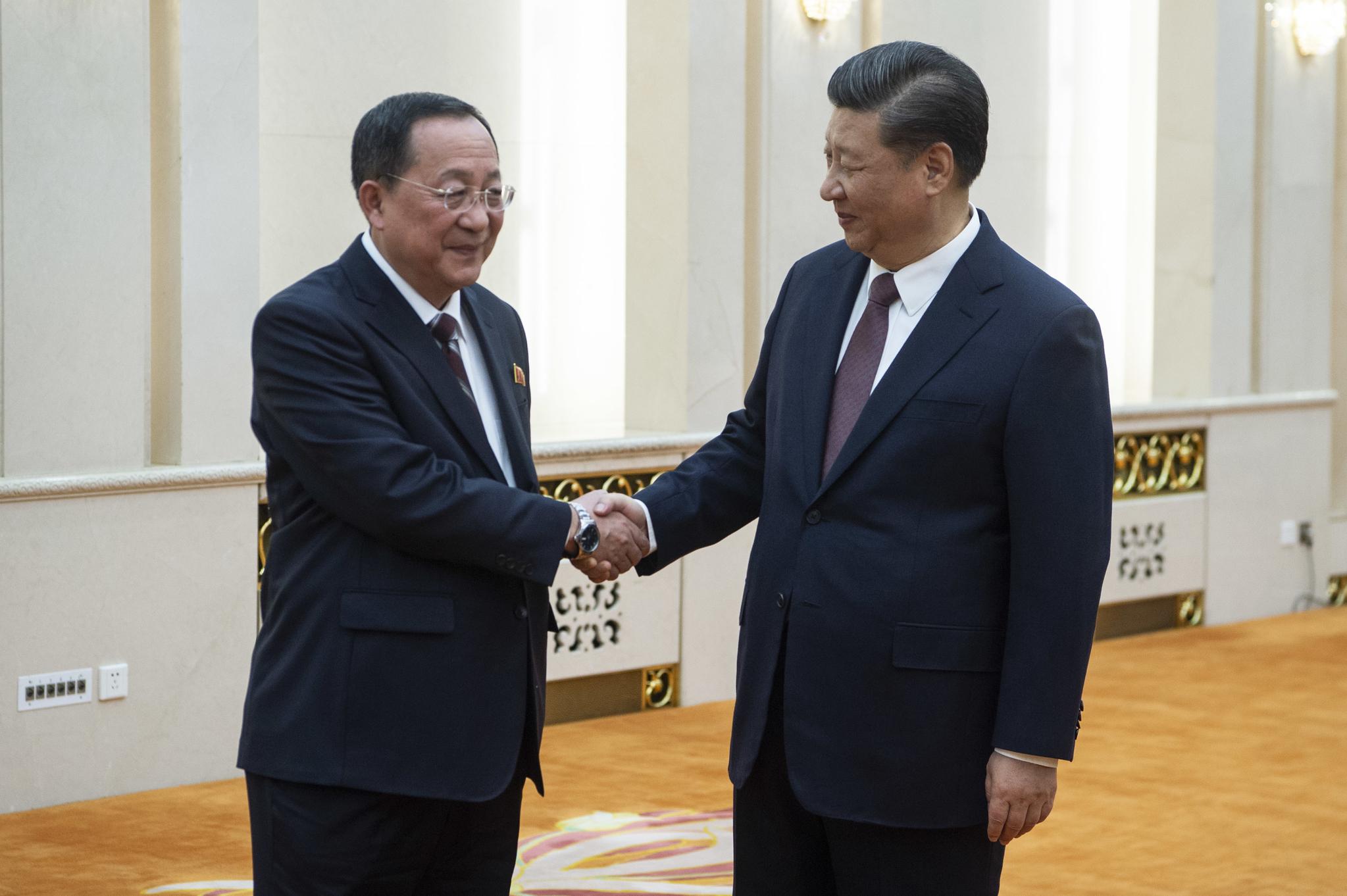 시진핑 중국 국가주석이 7일 베이징 인민대회당에서 이용호 북한 외무상을 만나고 있다.[AP=연합뉴스])