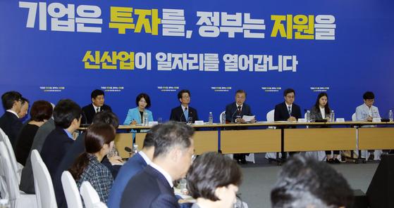 지난 10월 4일 충북 청주 SK하이닉스 'M15'에서 열린 제8차 일자리위원회 회의. [연합뉴스]
