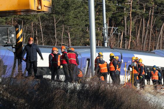 KTX열차 탈선사고가 발생한 강릉시 운산동 사고현장에서 9일 오전 코레일 관계자들이 복구 작업을 하고 있다. 우상조 기자