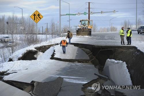 지난달 30일 오전 8시 29분(현지시간) 규모 7.0의 강진이 미국 알래스카주 앵커리지 북쪽 12㎞ 지점에서 일어나 인구 30만 도시 앵커리지를 공포에 몰아넣었다. 강진의 여파로 도로가 쩍 갈라지고 일부 구간은 푹 꺼졌다. [AP=연합뉴스]