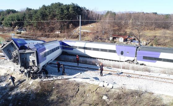 선로에서 크게 벗어난 KTX열차 기관차. 8일 오전7시35분쯤 강릉발 서울행 KTX열차가 강릉역을 출발 5분만에 탈선했다. [연합뉴스]