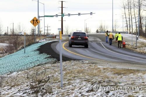 지난달 30일 규모 7.0의 강진이 미국 알래스카주 최대 도시인 앵커리지를 뒤흔들었다. 이 강진의 여파로 앵커리지 테드 스티븐스 국제공항 인근 미네소타 블루버드 북쪽 방향 램프 도로가 심하게 파손됐다. 하지만 알래스카 현지 교통 당국의 노력으로 불과 나흘 만에 말끔하게 단장을 마치고 개통됐다. [AP=연합뉴스]