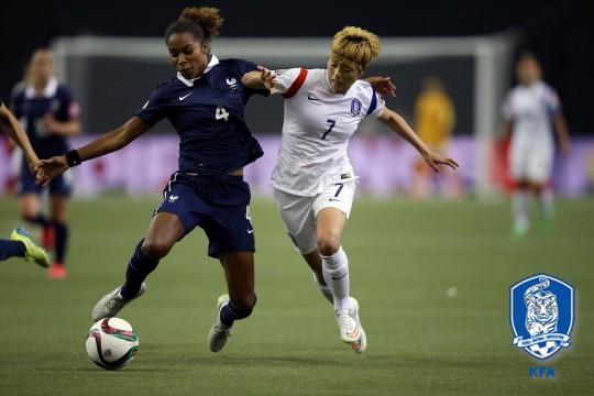 지난 2015년 여자월드컵 16강에서 프랑스와 상대했던 한국 여자 축구대표팀. 전가을(오른쪽)이 프랑스 선수와 공을 다투고 있다. [사진 대한축구협회]