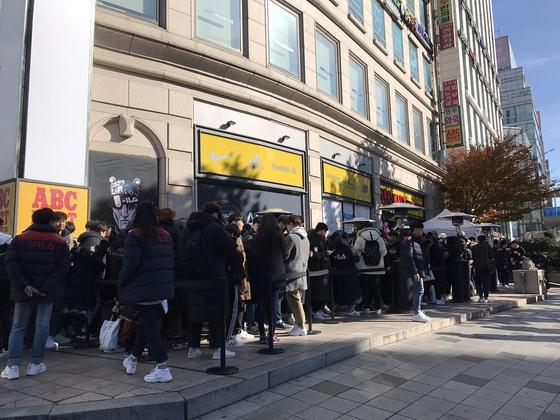 지난 11월 휠라가 게임 스트리머 우왁굳과 협업한 스니커즈를 사기 위해 매장 앞에 줄을 1020 소비자들. [사진 휠라]