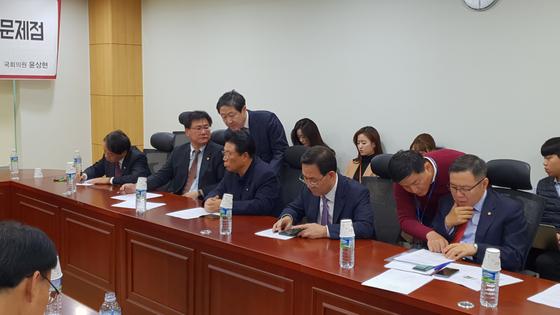 유기준 의원이 6일 윤상현 의원이 주최한 박근혜 전 대통령 재판 관련 토론회에 가 이헌승 의원과 박맹우 의원에게 인사를 하고 있다.