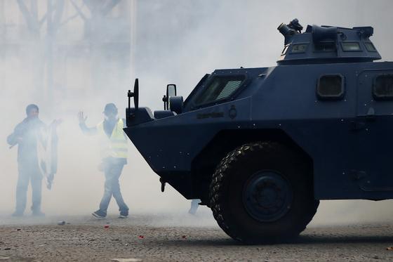 8일(현지시간) 프랑스 파리에서 엘리제 궁으로 향하는 샹제리제 거리 길목에 장갑차가 등장했다. 파리 시위에 장갑차가 등장한 건 지난 2005년 파리 외곽 폭동사태 이후 처음이다. [EPA=연합뉴스]