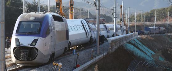 KTX열차 탈선사고가 발생한 강릉시 운산동 사고현장에서 9일 오전 관계자들이 복구 작업을 하고 있다. 우상조 기자