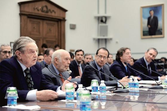 세계 금융시장의 거품을 불러왔다는 비판을 받는 미국 헤지펀드의 거물들이 2008년 11월 14일 미 하원 청문회에 불려 나왔다. 맨 왼쪽이 조지 소로스.