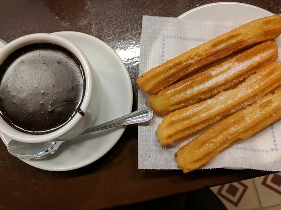 스페인에서 추로스는 초콜릿과 함께 먹는다. [AP=연합뉴스]