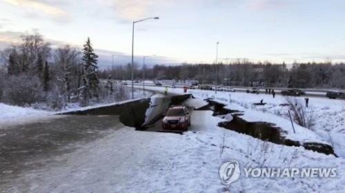 지난달 30일 오전 8시 29분(현지시간) 규모 7.0의 강진이 미국 알래스카주 앵커리지 북쪽 12㎞ 지점에서 일어나 인구 30만 도시 앵커리지를 공포에 몰아넣었다. 강진의 여파로 도로가 쩍 갈라지고 일부 구간은 푹 꺼졌다. 한 차량이 갈라진 도로 사이에 아슬아슬하게 걸쳐있다. [AP=연합뉴스]